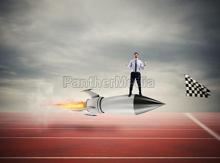 gewinner geschaeftsmann ueber eine schnelle rakete