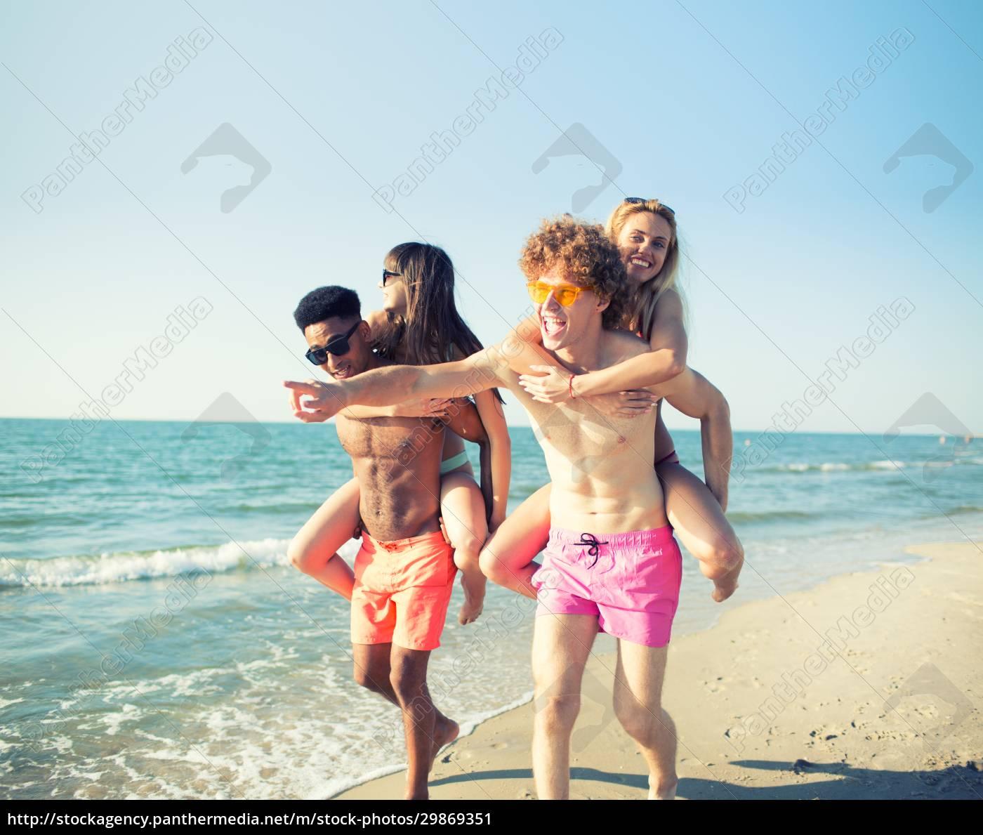 glücklich, lächelnde, paare, spielen, am, strand - 29869351