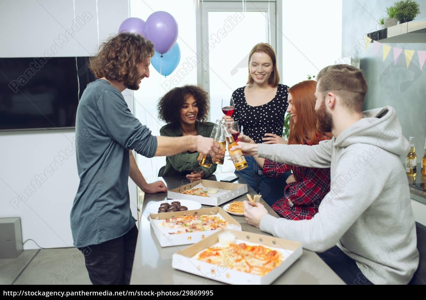 junge, freunde, essen, pizza, und, trinken - 29869995