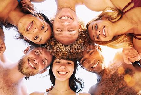 glueckliche gruppe von freunden im kreis