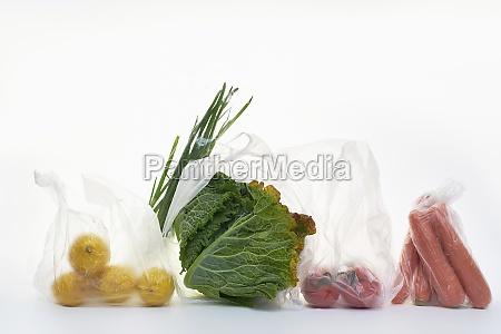 stillleben mit lebensmitteln in plastiktueten auf