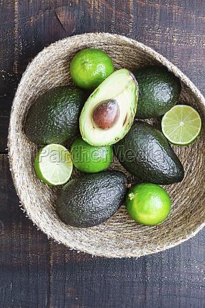 schuessel mit frischen avocados und limette