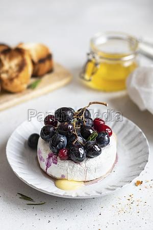 gebackener, camembert, mit, roten, trauben, und - 29877615
