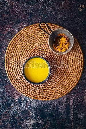 kurkuma, goldene, milch, auf, gewebtem, gras - 29878523