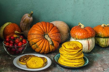 herbststillleben mit kuerbissen und kuerbispfannkuchen