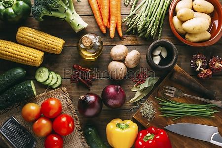 pflanzliches, stillleben, mit, maiskolben, Öl, kräutern, und, gewürzen - 29888251