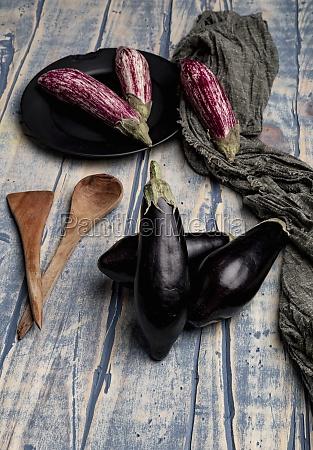 set von frischen reifen auberginen in