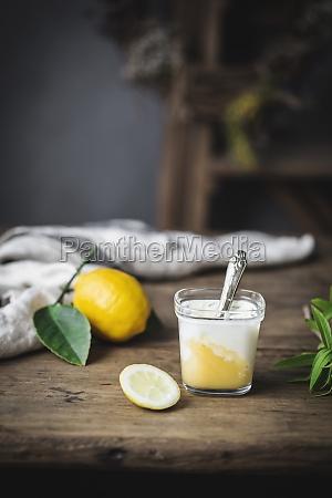 stillleben aus glas mit hausgemachtem joghurt
