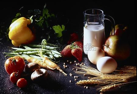 stillleben mit milch eiern obst gemuese