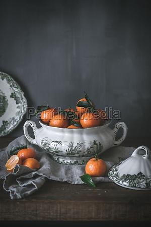 raffiniertes stillleben mit reifen orangenmandarinen mit
