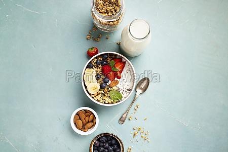 hafer-granola, mit, frischen, beeren, banane, joghurt, chia-samen, und, minzblättern - 29893531