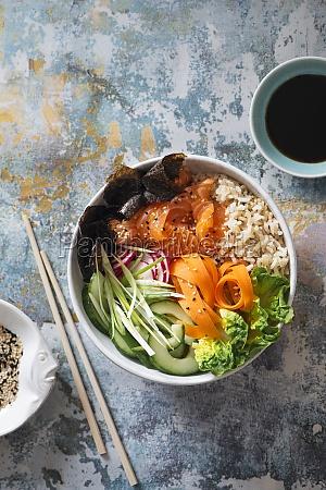 sushi-buddhaschale, mit, lachs, braunem, sushi-reis, nori, nori, gurke, rettich, karotten, und - 29895172