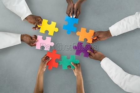 afrikanische AErzte halten puzzle zusammen