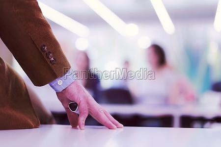 nahaufnahme der lehrerhand beim unterrichten im