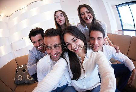 gruppe von freunden die selfie