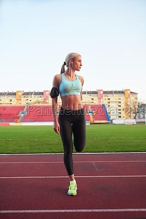 sportliche frau auf sportlicher rennstrecke