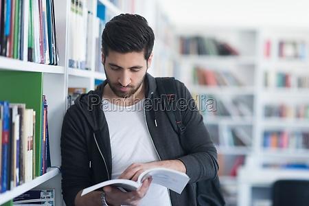 portraet des schuelers beim lesen von