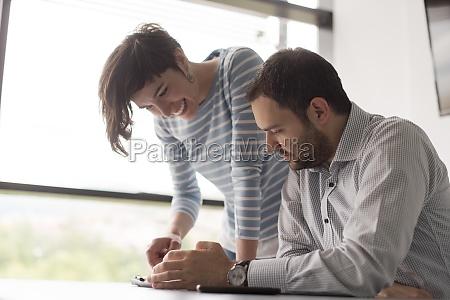 zwei geschaeftsleute die mit tablet im