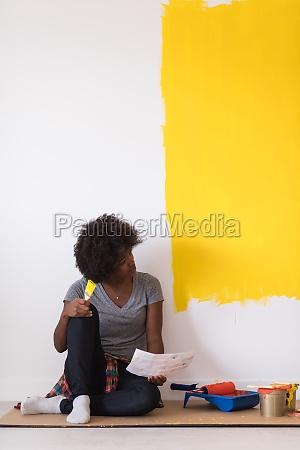 zurueck malerin auf dem boden sitzend