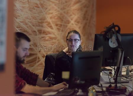 designer im nacht startup buero