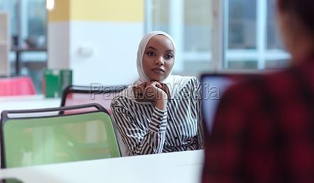 afrikanische muslimische geschaeftsfrau portraet im buero