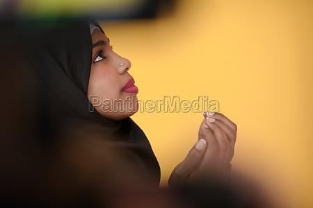afrikanische muslimische frau macht traditionelles gebet