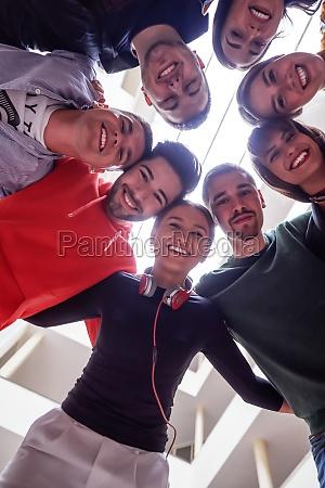 gruppe, glücklicher, junger, menschen, zeigt, ihre - 30057808