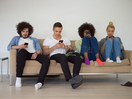 multiethnische gruppe junger menschen die aufs