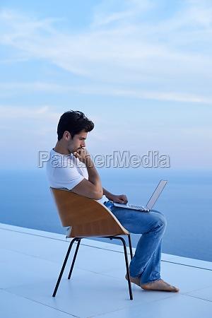 entspannter junger mann zu hause auf
