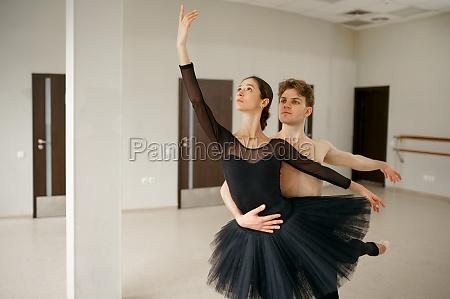 weibliche und maennliche balletttaenzer innen