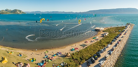 luftaufnahme des kitesurfspots am fluss neretva
