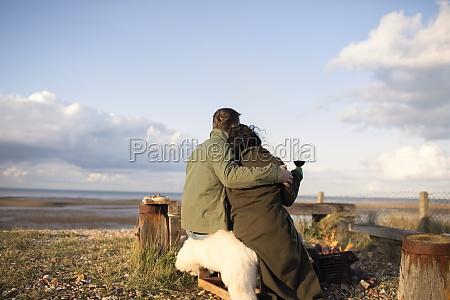 liebevolles paar umarmt und wein trinken