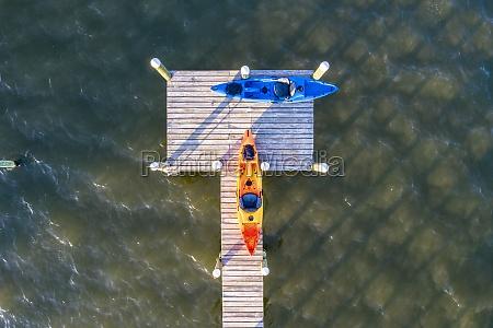luftaufnahme eines kleinen piers mit kanu