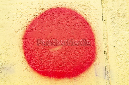 red, circle, on, the, yellow, wall - 30612207