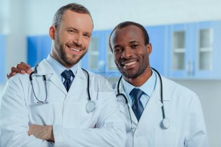 gruppe laechelnd menschen portraet kaukasus medizin