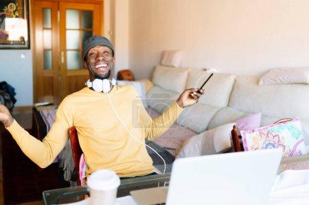 computer hintergrund gluecklich unternehmen person sitzen