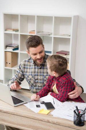 freizeit tisch aktivitaet computer jung erwachsene