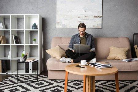 computer unternehmen person jung menschen maennlich