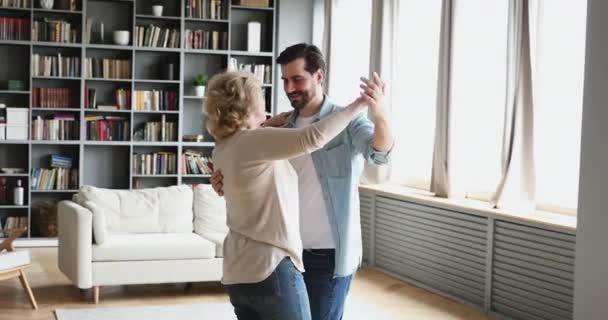 freizeit spielen spass gluecklich einzeln person