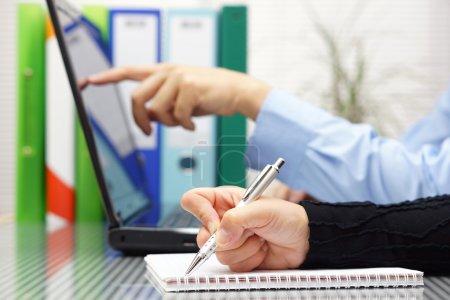 Zahlen, Computer, Unternehmen, Finanzen, Menschen, Mann - B49267373