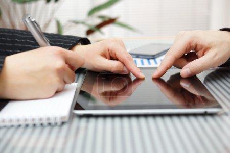 Tisch, Gruppe, Computer, Unternehmen, Finanzen, weiblich - B42952617