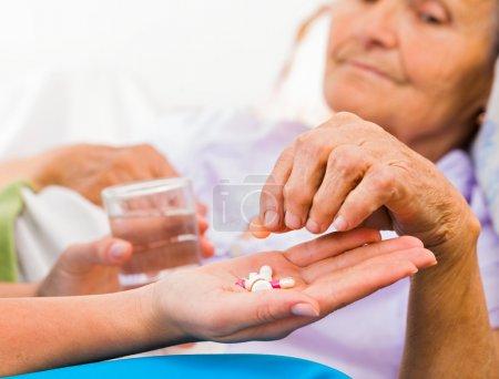 frauen gesundheit medizin pflege alt bett