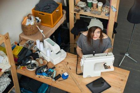 person studio weiblich sitzen kleidung menschen