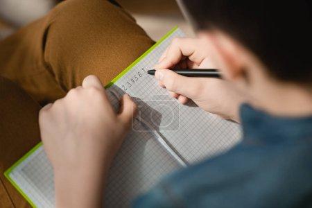 kind junge startseite notizbuch schreiben kugelschreiber