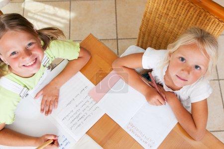 tisch bild maedchen kind familie kindergarten