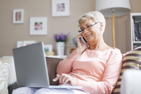 Computer, schön, Halten, sitzend, Lächelnd, Erwachsene - B61558379