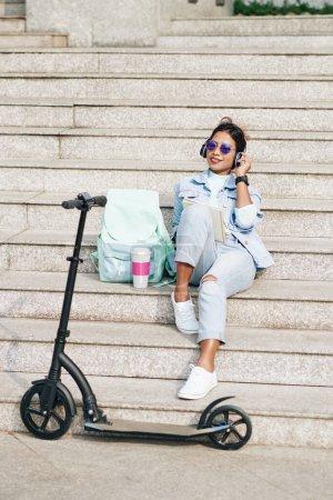 design person weiblich sitzen jung laechelnd