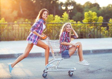 spass einkaufen schoen gluecklich warenkorb kunde